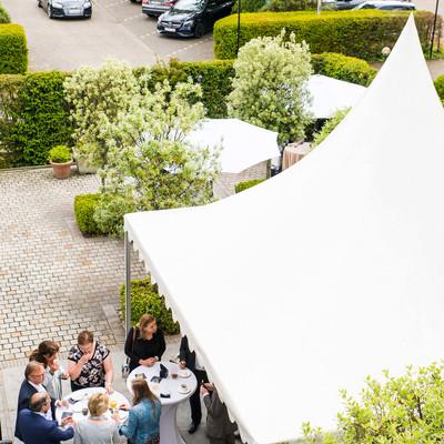 Het enige wat u hoeft te doen doen is uw gasten uitnodigen, wij zorgen voor de rest. Met meer dan 20 jaar ervaring in organiseren, decoreren en ontvangen van gasten zijn wij de ideale partner. Van personeelsfeesten voor KMO's tot grote ondernemingen, 's Graevenhof zorgt voor een uniek feest op maat.