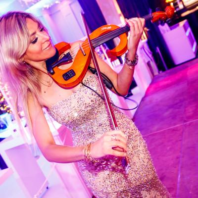 Een mevrouw die viool speelt tijdens een feest in de feestzalen van 's Graevenhof