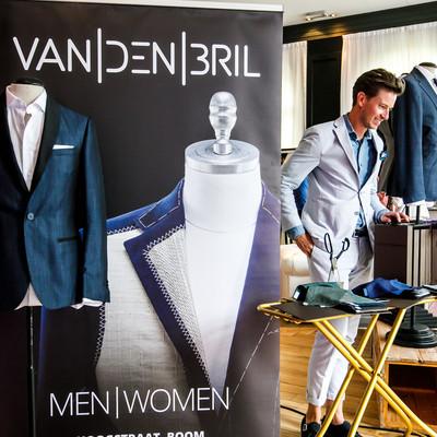 Presentatie van producten van Van Den Bril tijdens een bedrijfsfeest in een feestzaal van 's Graevenhof in Antwerpen