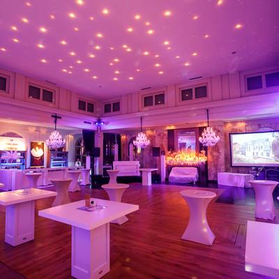 Een afbeelding van de feestzaal van 's Graevenhof waarbij er decoratie staat.