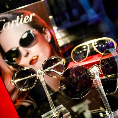 Een stand van productvoorstelling van brillen tijdens een bedrijfsfeest.