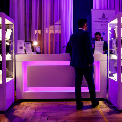 Een stand van Grand Diamonds tijdens The House of Jack editite in een feestzaal.