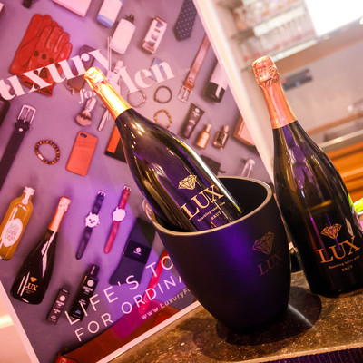 Een productvoorstelling van Luxury For Men met twee Champagne flessen.