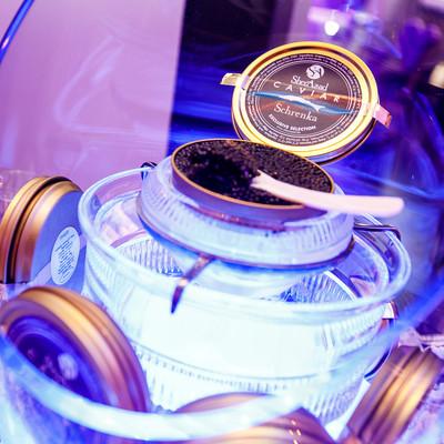 Een afbeelding van een productvoorstelling van Caviar tijdens een bedrijfsfeest.