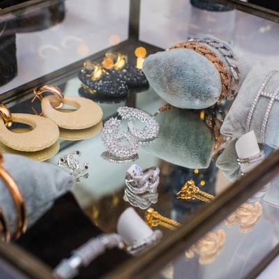 Een productvoorstelling van juwelen tijdens een bedrijfsfeest.