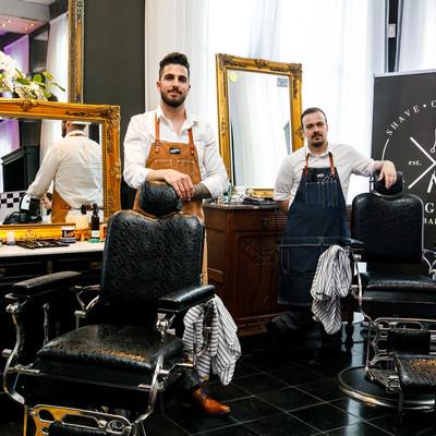 Een stand van een barbershop tijdens een bedrijfsfeest en personeelsfeest