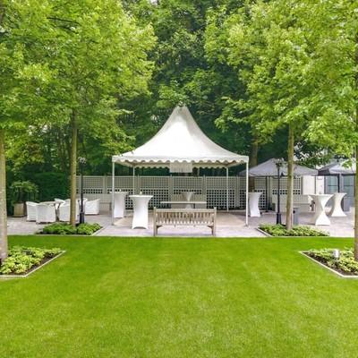 Een prachtige rustgevende oase in het midden van ons hof. Onze tuin is ideaal om bij mooi weer het feest mee te beginnen of het op een groene noot te eindigen.