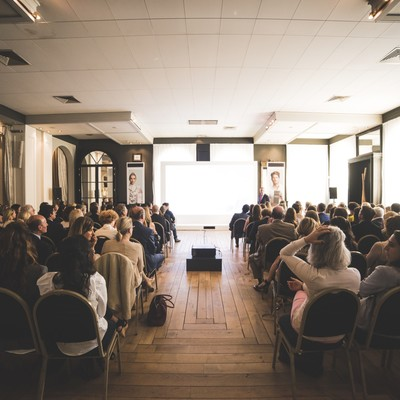 Het organiseren van een workshop begint bij het zoeken naar een creatieve zaal, waar jij ongestoord kan brainstormen met jouw team. Van kleinere workshopruimtes tot grotere, 's Graevenhof in regio Antwerpen is hiervoor de perfecte locatie om nieuwe concepten, producten of andere ideeën te bedenken.